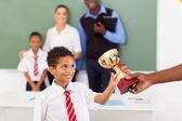 écolier recevant un trophée dans la salle de classe — Photo