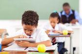 Elementární školák použití tabletového počítače — Stock fotografie