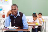 Gut aussehend, afrikanischen lehrer im klassenzimmer — Stockfoto