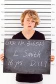 Teen garçon arrêté ivre au volant et prenant police coup de gueule — Photo