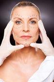 Kosmetyczka robi wyboru skóry — Zdjęcie stockowe