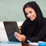 Arabischer Teen Mädchen mit Tablet PC — Stockfoto