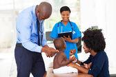 Pediatrica medico esaminando un bambino — Foto Stock
