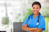 Afro-amerikaanse vrouwelijke pediatrische verpleegkundige in office — Stockfoto