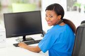 Infirmière au bureau moderne — Photo
