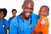 Pädiatrische arzt spielt mit jungen — Stockfoto