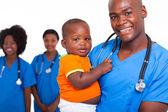 Afryki amerykański mężczyzna dziecięcej lekarz z małym chłopcem — Zdjęcie stockowe