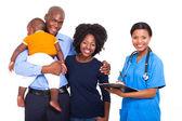 Africano trabajadora sanitaria con joven familia — Foto de Stock