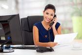 секретарь отвечая на телефон — Стоковое фото