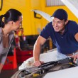 Auto technicitalking to customer — Foto Stock #24228255