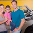 Foto Stock: Young family waiting in garage
