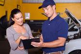 Mechanik i klienta — Zdjęcie stockowe