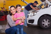 Mother and daughter in garage — Foto Stock