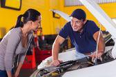 Técnico de auto hablando al cliente — Foto de Stock