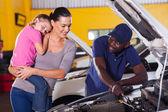 Jovem mãe levando seu carro para conserto — Fotografia Stock