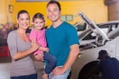 Young family waiting in garage — Stock fotografie