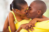 Afro americana casal beijando — Fotografia Stock