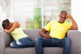 Joven pareja africana tener conflicto — Foto de Stock