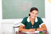 高中女生坐在教室里 — 图库照片