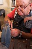 старший ремонтник с помощью шлифовальной машины — Стоковое фото
