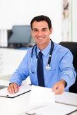 доктор, вручая пациента рецепт — Стоковое фото