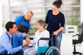 Médecin de sexe masculin réconfortant patient senior — Photo