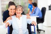 Dospělé dcery doprovázející starší matka návštěvě doktor — Stock fotografie
