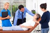 Médico falando com o paciente sênior — Foto Stock