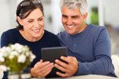 Mellersta åldern par läsa e-post — Stockfoto