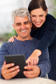Äldre par med hjälp av tablet PC — Stockfoto