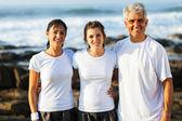 Fit rodina na pláži po výkonu — Stock fotografie