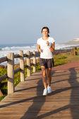 Sağlıklı bir genç kız sahilde koşu — Stok fotoğraf