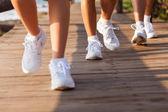 Groep van het lopen op strand — Stockfoto