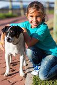 Kleine mädchen und haustier hund — Stockfoto