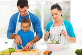 Father teaching daughter cutting vegetables — Stock Photo