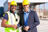 Industriella manager och arbetstagaren utomhus — Stockfoto