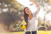 Jonge vrouw met plezier met een fiets — Stockfoto