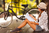 Young woman studying at the park — Stock Photo