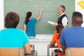 高中学生在黑板上写的答案 — 图库照片