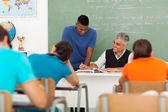 среднего возраста учитель помогает студентом — Стоковое фото