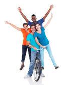 1 つの自転車に乗って 10 代の若者のグループ — ストック写真