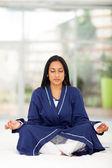 インドの女性がベッドの上で瞑想 — Stockfoto