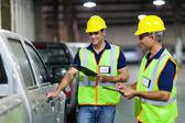 Verzending bedrijf werknemers inspectie van voertuig — Stockfoto