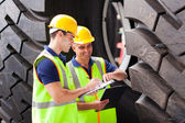 Trabajadores de envío en el puerto de inspección de llantas — Foto de Stock