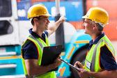 Trabalhadores do porto jovem apontando a empilhadeira — Fotografia Stock