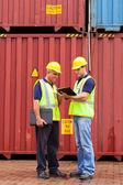 Inspectores de pie al lado de contenedores — Foto de Stock