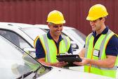 Os trabalhadores da empresa verificar relatório de veículos de transporte — Foto Stock