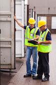 Trabajadores de la empresa naviera grabación contenedores — Foto de Stock