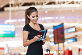 Imprenditrice all'aeroporto leggendo la sua email su tablet pc — Foto Stock