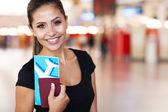Portrét mladého podnikatelka na letišti — Stock fotografie